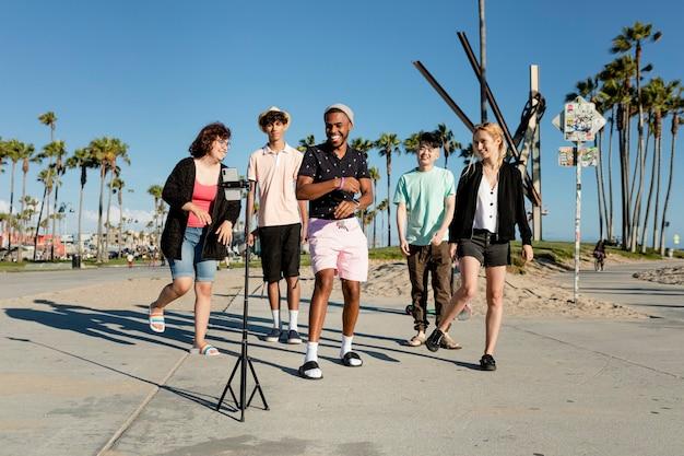 ロサンゼルスのベニスビーチで友達と踊るビデオコンテンツクリエーター