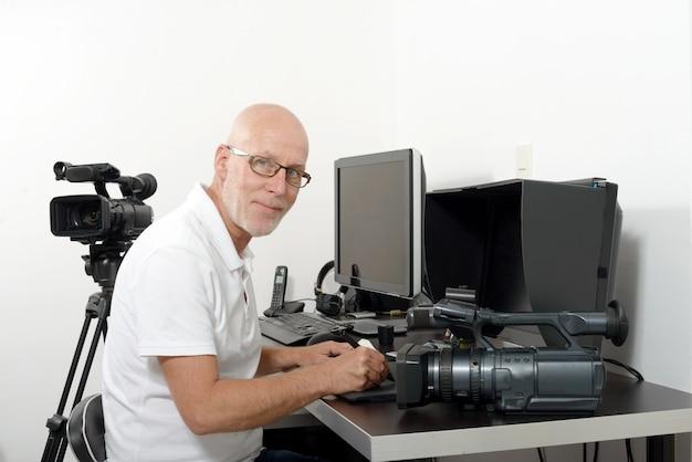 彼のスタジオのビデオ編集者