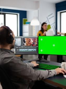 비디오 편집기는 녹색 화면, 크로마 키가 있는 pc에서 영화 몽타주 절단 푸티지를 처리하고 포스트 프로덕션 소프트웨어를 사용하여 격리된 디스플레이를 조롱합니다.