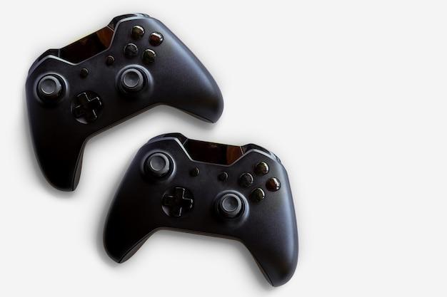 ビデオゲームコントローラーとゲームコントローラー。白色の背景。セレクティブフォーカス。テキスト用のスペース。