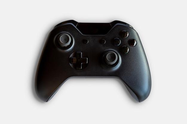 ビデオゲームコントローラーとゲームコントローラー。白色の背景。セレクティブフォーカス。