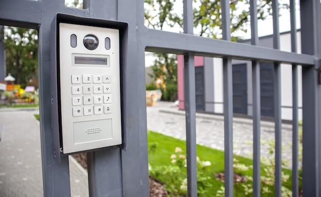 住宅街入口のゲートにあるビデオインターホン。プライベートエリアへの電子インターホン。閉鎖された住宅ヤード。