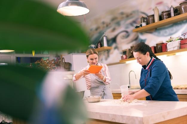 직원 비디오. 크루아상을 요리하는 직원의 영상을 만드는 번영하는 기업가
