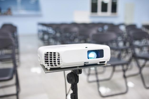 会議場のビデオプロジェクター、人なし