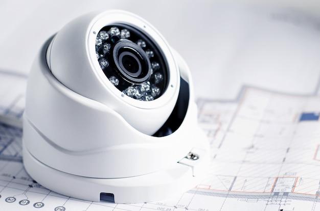 Оборудование для обеспечения безопасности видео и план на столе. хорошо для службы безопасности инженерной компании