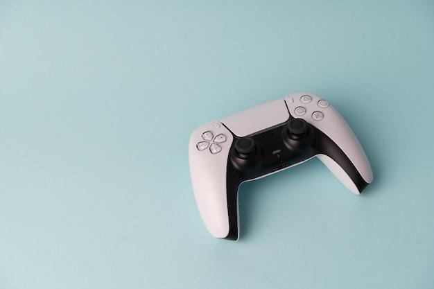 ビデオゲームコンソールワイヤレスゲームパッド。青い壁。最小限のスタイル。