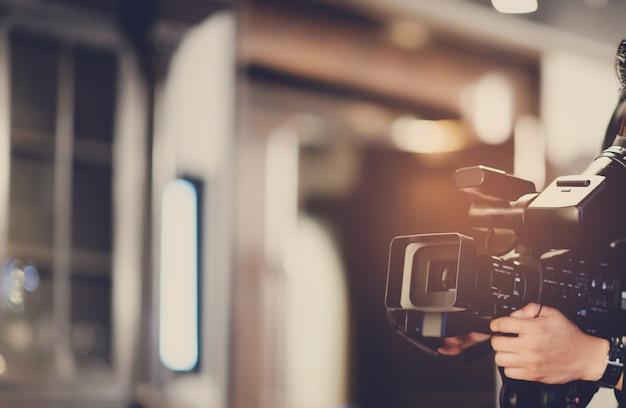 Видеооператор крупным планом, оператор, фильм, человек с камерой, фильм, профессиональная камера
