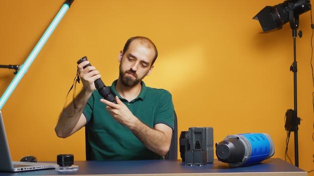 전문 콘텐츠 제작자를 위한 모노포드 비디오그래퍼 녹화 튜토리얼. 작업을 위한 전문 스튜디오 비디오 및 사진 장비 기술, 사진 스튜디오 소셜 미디어 스타 및 인플루언서