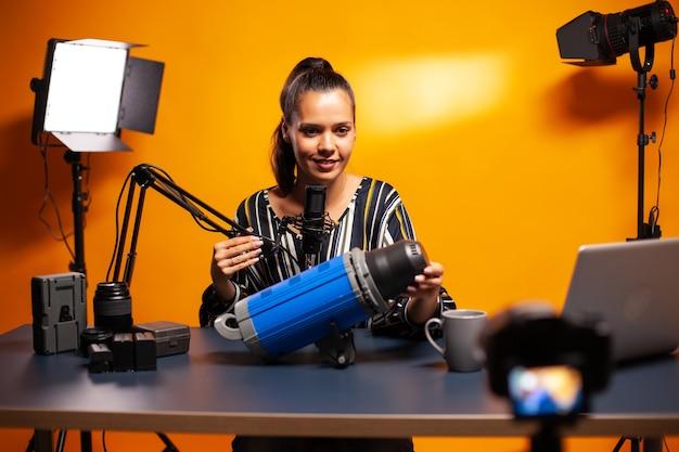 Видеооператор рассказывает о студийном освещении и записывает видеоблог