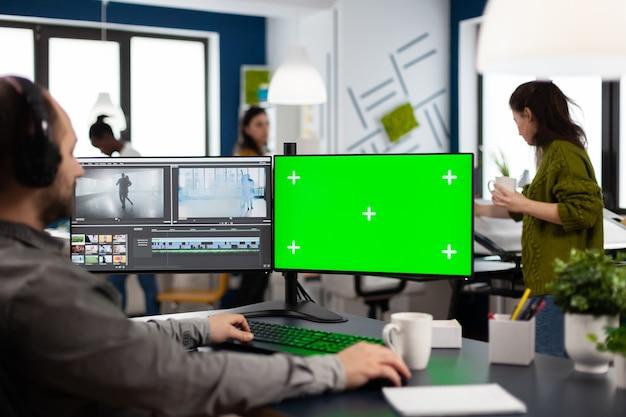 크로마 키가 있는 컴퓨터를 사용하는 비디오그래퍼, 격리된 디스플레이 편집 비디오 및 오디오 푸티지