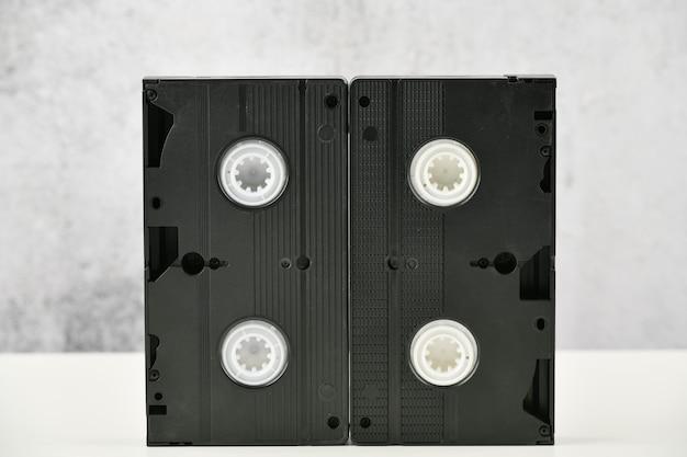 ビデオテープ。 80年代のメディアポップカルチャー。明るい背景でのビデオ録画。上からの眺め。非常に古いビデオテープ