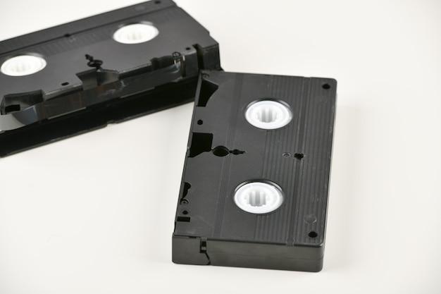 ビデオテープ。白い背景の上の古い古典的なビデオテープ。レトロ