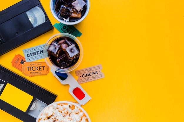 3d 안경 및 영화 메뉴가있는 비디오 테이프