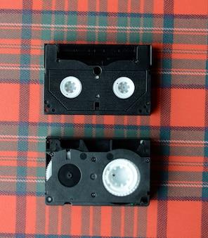 市松模様のテーブルクロスの上のビデオテープ