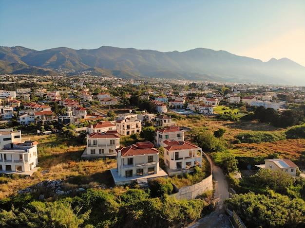キプロスの素晴らしい空撮。ドローンから空中vief。夏休み、幸せな生活。山と海。