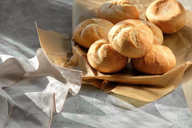Венские булочки в корзине для хлеба на столе
