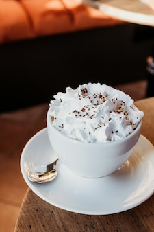 테이블에 비엔나 커피입니다. 카페 배경에서 음료.