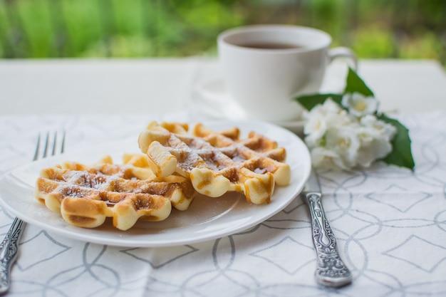 ウィーンのワッフル。テラスでの朝食。朝食にキャラメルソースが入ったウィーンワッフル。