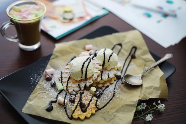 속을 채운 비엔나 와플. 커피 테이블. 휴가를 위한 아침 식사로 향기로운 쿠키 세트.