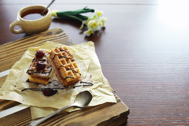 커피 테이블을 채우는 비엔나 와플 아침으로 향긋한 쿠키 세트