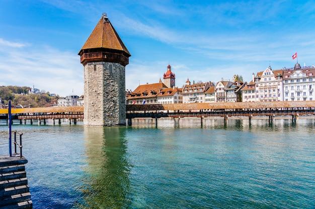 有名なカペル橋とルツェルン湖(vierwaldstatersee)、ルツェルン、スイスのルツェルン市内中心部のパノラマビュー