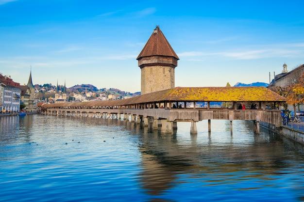 スイスのルツェルン。その有名な礼拝堂橋と山のある歴史的な市内中心部。背景にピラタス。 (vierwaldstattersee)、