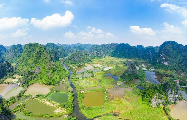 ニンビン地域、トランアンタムコック観光名所、ユネスコの世界遺産、ベトナムのカルスト山脈をvietnamう風光明媚な川の空撮、旅行先。