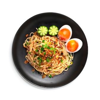 삶은 계란을 곁들인 칠리 소스를 곁들인 베트남 쌀국수