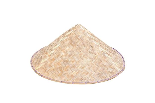 클리핑 패스가 있는 흰색 배경에 분리된 베트남 원뿔형 모자(non la). 클로즈업 이미지입니다.