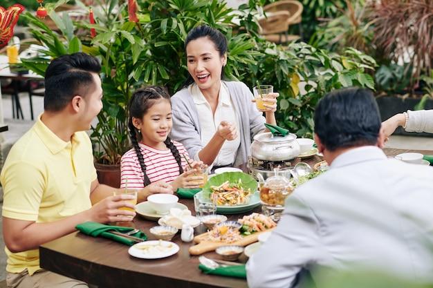 娘と先輩の両親と旧正月を祝うベトナムのカップル