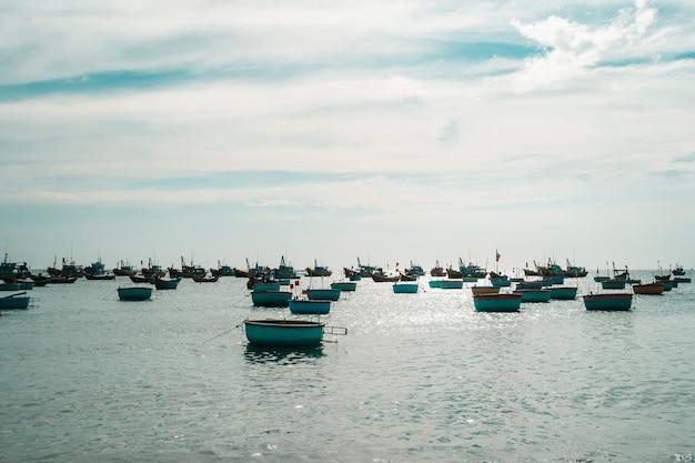 ベトナムの漁村、ムイネー、ベトナム、東南アジア。海と伝統的なカラフルな漁船のある風景。