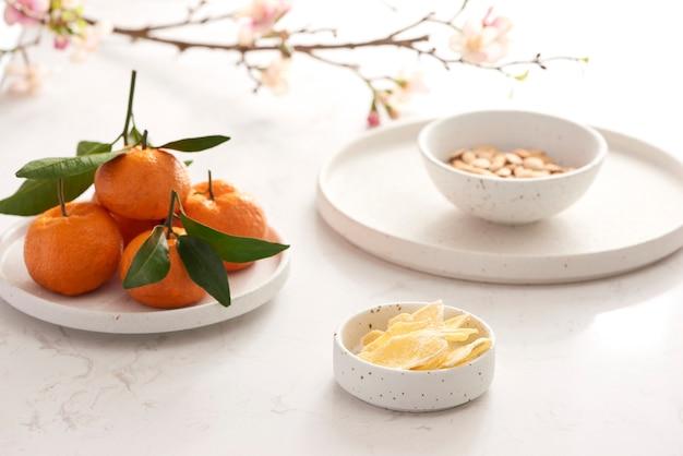 白いテーブルの上のベトナム料理