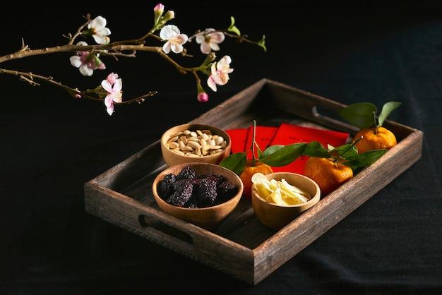 暗いテーブルの上のベトナム料理