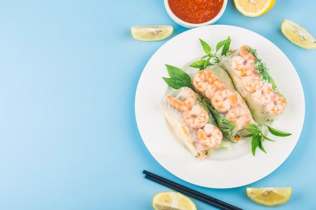 Вьетнамская едасвежий спринг-ролл с креветками,