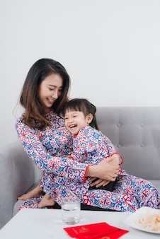 ベトナム人の母と娘は家で新年を祝います。テトホリデー。