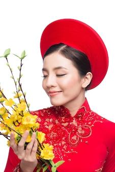 아오다이를 입은 베트남 신년 여성
