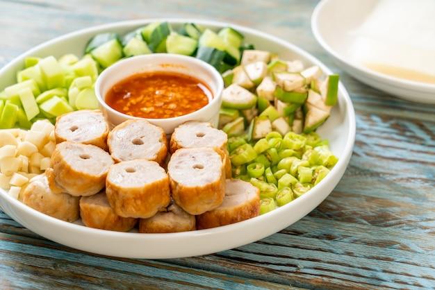 ベトナムのポークミートボールと野菜のラップ(nam-neaungまたはnham due)-ベトナムの伝統的な食文化