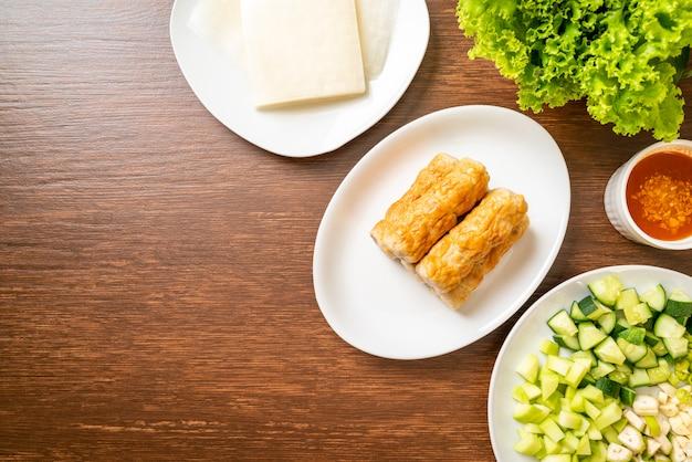 ベトナムポークミートボールと野菜のラップ(ナムネアンまたはナムデュー)