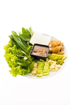 ベトナムポークソーセージとサラダ