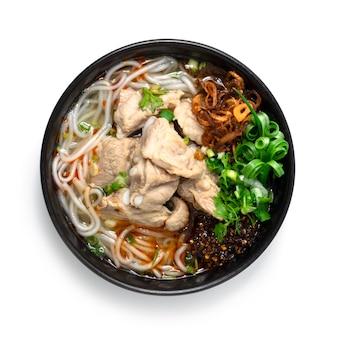 돼지 갈비와 베트남 소시지를 곁들인 베트남 쌀국수 수프
