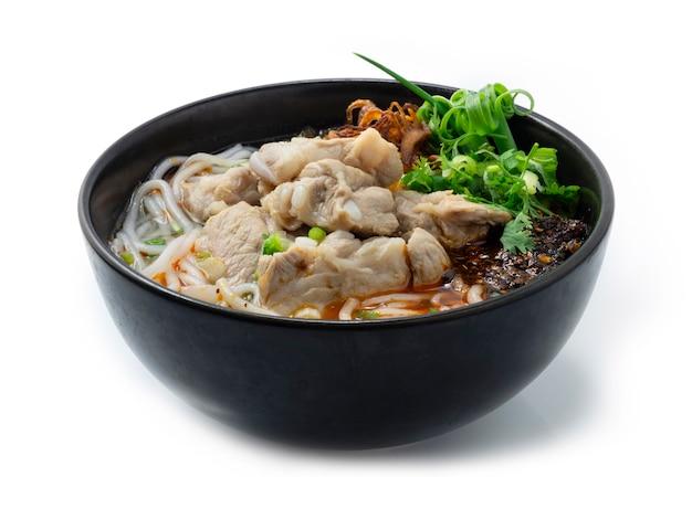 Вьетнамский суп с рисовой лапшой и свиными ребрышками, подается с овощами