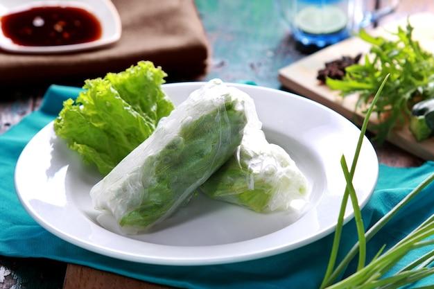 간장을 곁들인 베트남 식 스프링 롤