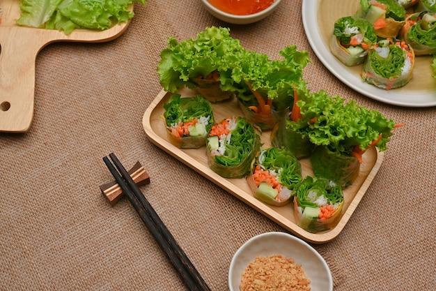 Вьетнамские спринг-роллы с соусом для макания на обеденном столе
