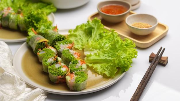 Вьетнамские спринг-роллы с соусом для макания и палочками для еды на обеденном столе
