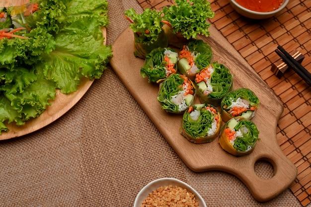 Вьетнамские спринг-роллы с соусом для макания и овощами