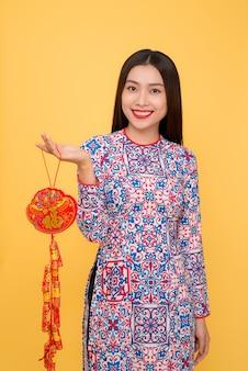 Вьетнамская женщина, держащая атрибуты. тет-праздник. лунный новый год. текст означает счастье