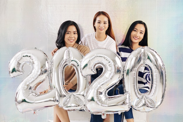 Вьетнамские женщины держат воздушные шары 2020 года