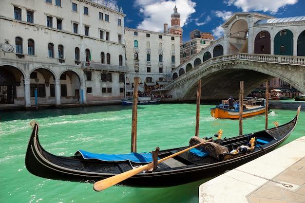 Виев мост риальто в венеции, италия