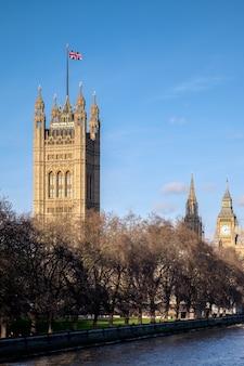 템즈강을 따라 국회의사당까지 보기