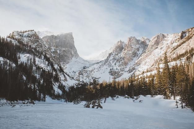 Vista del dream lake alpino al parco nazionale delle montagne rocciose in colorado, stati uniti d'america durante l'inverno